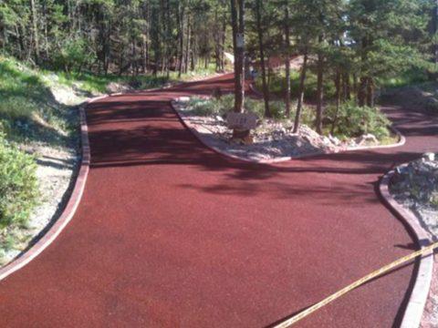 Parque camino pavimento de caucho