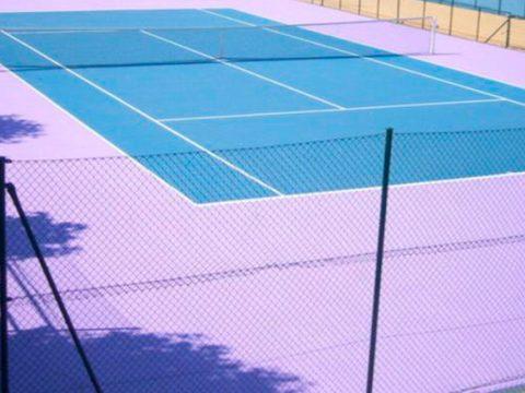 Posta de tenis hecha en hormigón pulido